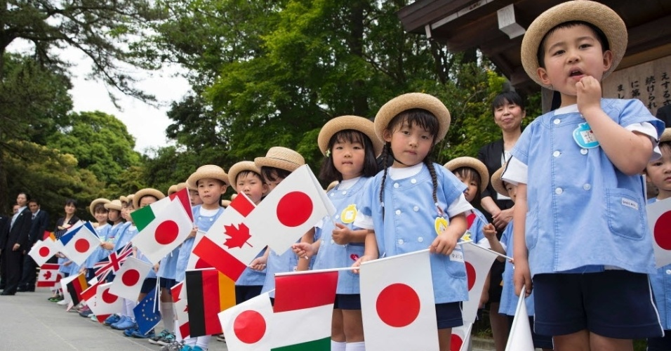 26.mai.2016 - Grupo de crianças em idade escolar espera pelos líderes do G7 no Santuário Ise-Jingu, na cidade de Ise, no Japão.Os líderes mundiais visitam o país onde debatem sobre a economia global, terrorismo, refugiados, entre outras questões