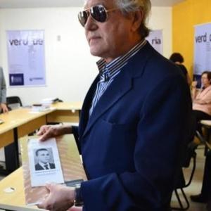 Ednaldo Rocha segura foto do irmão Ezequias Bezerra da Rocha, morto pela tortura em Pernambuco em 1972