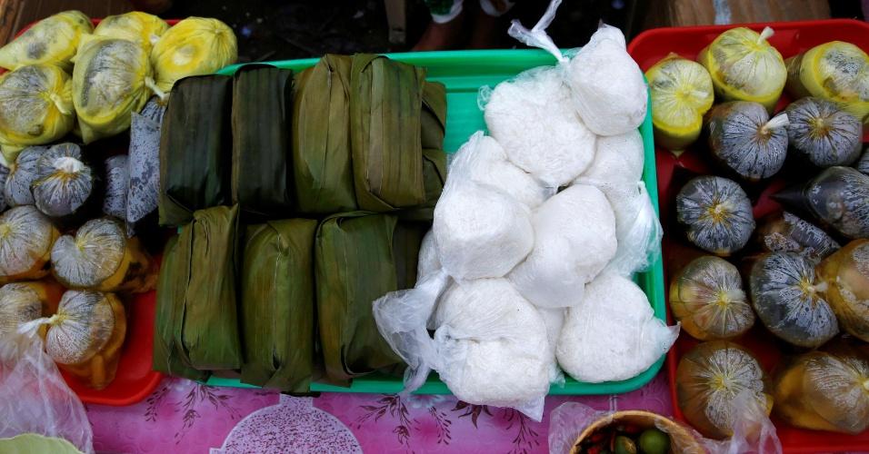4.jul.2016 - Eles comem pacotes com peixe, frango, arroz e bolos de arroz