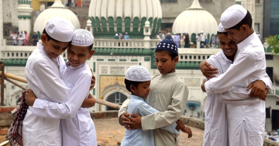 7.jul.2016 - Jovens indianos muçulmano se abraçam durante o Eid al-Fitr, festival que marca o fim do mês sagrado de jejum, o Ramadã, na mesquita de Kharudin, em Amritsar, na Índia. As festividades duram três dias