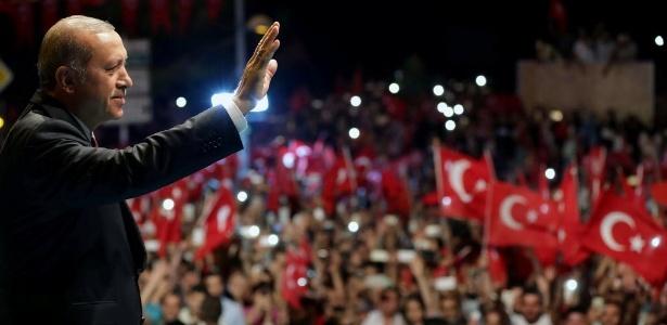 20.jul.2016 - O presidente da Turquia, Tayyip Erdogan, recebe manifestantes que o apoiam fora de sua residência em Istambul