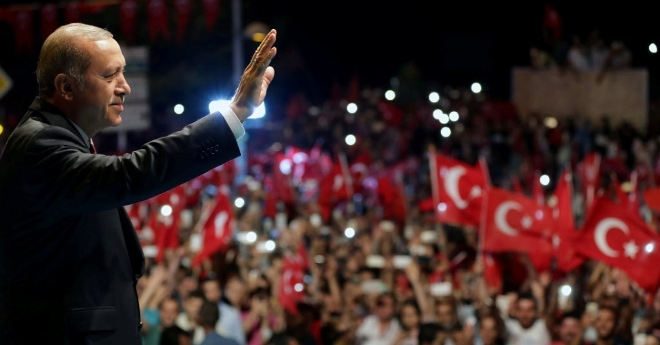 20.jul.2016 - O presidente da Turquia, Tayyip Erdogan, recebe manifestantes que o apoiam fora de sua residência em Istambul. O país irá anunciar medidas de emergência para dar mais estabilidade e evitar danos à economia, no momento em que expurga milhares de membros das forças de segurança, do Judiciário, do funcionalismo público e das universidades após uma tentativa frustrada de golpe de Estado
