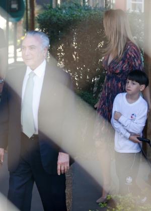 O presidente interino, Michel Temer (PMDB), e sua mulher, Marcela, buscam o filho, Michel, na escola no Lago Sul, em Brasília