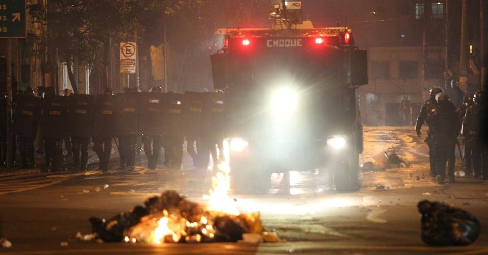 Policiais militares da Tropa de Choque da PM de SP tentam dispersar manifestantes contra o governo Temer no entorno do largo da Batata, em Pinheiros, zona oeste de São Paulo, na noite deste domingo (4)