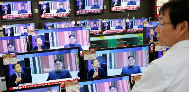 Vendedor vê TV com a notícia sobre o quinto teste nuclear realizado pela Coreia do Norte, na sexta-feira (9). Na tela da TV, à direita, está o ditador norte-coreano Kim Jong-un