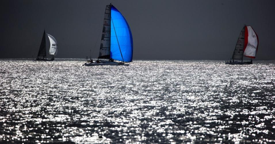 29.set.2016 - Três veleiros navegam no início da regata