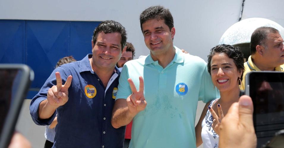 30.out.2016 - O candidato do PSDB à prefeitura de Maceió, Rui Palmeira, vota no Centro Comunitário das Piabas, na bairro do Jacintinho, em Maceió (AL), neste domingo (30)
