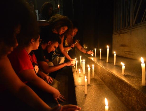 Manifestantes acendem velas na entrada do prédio da Secretaria de Segurança Pública de SP na noite de 10 de novembro, em protesto pela morte dos cinco jovens cujos corpos foram encontrados no último domingo em um matagal em Mogi das Cruzes