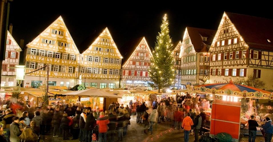 Mercado de Natal em Herrenberg, Alemanha. Os mercados são uma tradição por todo o país, onde as pessoas bebem vinho quente, comem salsichas assadas e compram artesanato para presentar