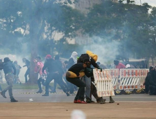 Manifestantes e policiais militares entram em confronto durante protesto na Esplanada