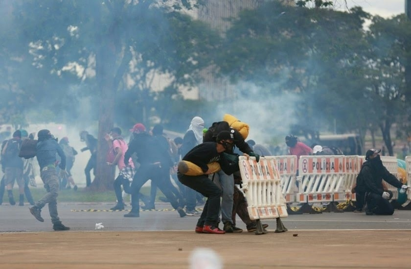 13.dez.2016 - Manifestantes e policiais militares entram em confronto durante protesto na Esplanada dos Ministérios, em Brasília, contra a PEC 55, que prevê um teto de gastos para o governo federal durante 20 anos