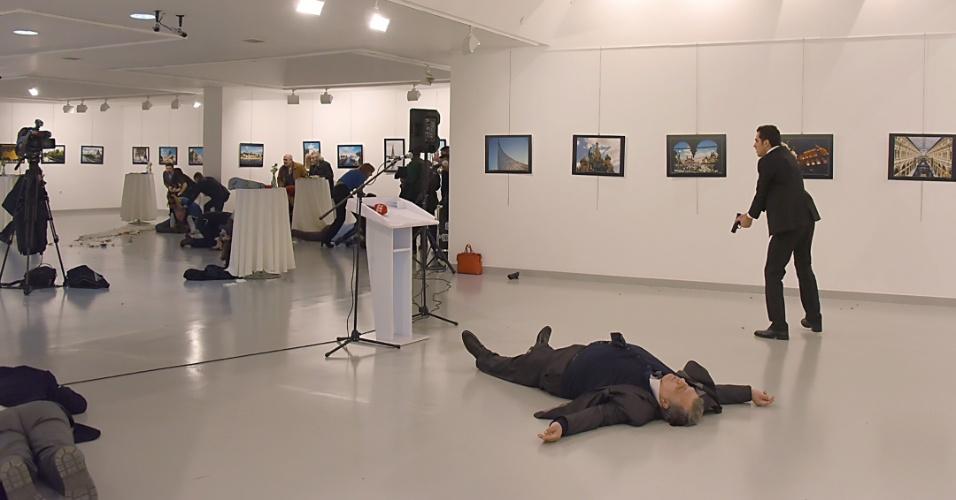19.dez.2016 - Policial turco abre fogo em galeria de arte na Turquia e mata embaixador russo no país durante discurso do diplomata