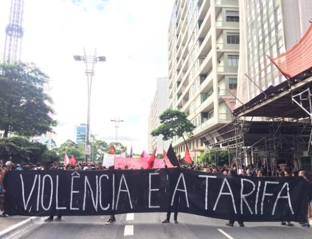 Manifestantes protestam na avenida Paulista contra o possível aumento das tarifas de transporte em São Paulo