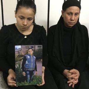 Marian Abdel Malak (à esq. na foto) perdeu o irmão, Bishoy, em ataque contra cristãos no Egito