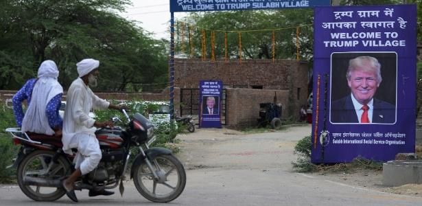 23.jun.2017 - Pôster com imagem do presidente dos EUA, Donald Trump, é colocada na entrada do vilarejo Marora, agora chamado de Vilarejo Trump, na Índia