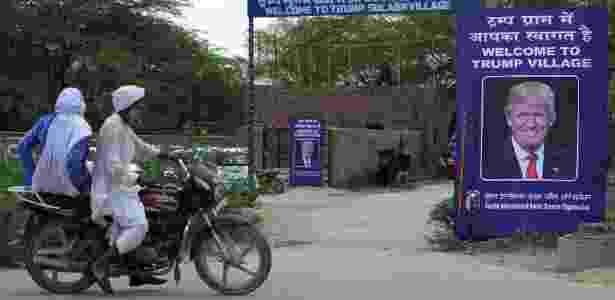 23.jun.2017 - Pôster com imagem do presidente dos EUA, Donald Trump, é colocada na entrada do vilarejo Marora, agora chamado de Vilarejo Trump, na Índia - Money Sharma/AFP