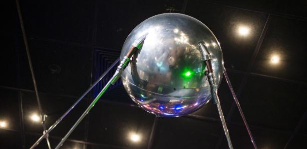 Maquete em tamanho real do satélite artificial Sputnik --que marcou a chegada da humanidade ao espaço-- em exibição no Museu da Cosmonáxia em Moscou, na Rússia