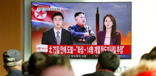 Norte-coreanos assistem televisão com reportagem sobre novo teste de míssil - Kim Hong-Ji/ Reuters
