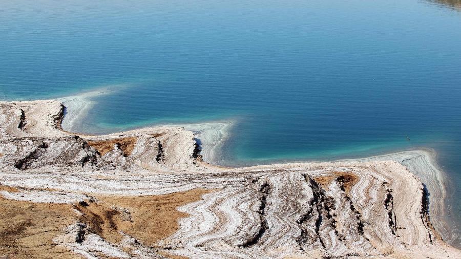 Os pergaminhos foram encontrados pela primeira vez em cavernas perto do Mar Morto - Ahmad Abdo/AFP
