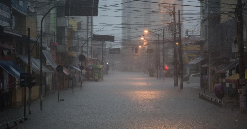 20.mar.2018 - Rua fica completamente alagada na região da Lapa, zona oeste de São Paulo, após forte temporal