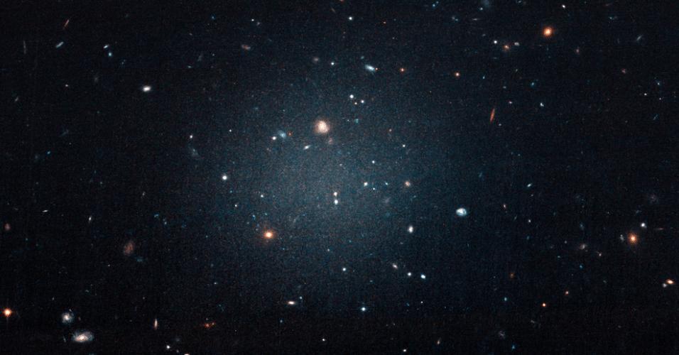 MATÉRIA ESCURA -  Um grupo de astrônomos americanos encontrou uma galáxia sem matéria escura, o que comprova a existência dessa misteriosa substância. Trata-se da galáxia NGC1052-DF2, localizada a aproximadamente 65 milhões de anos-luz da Terra