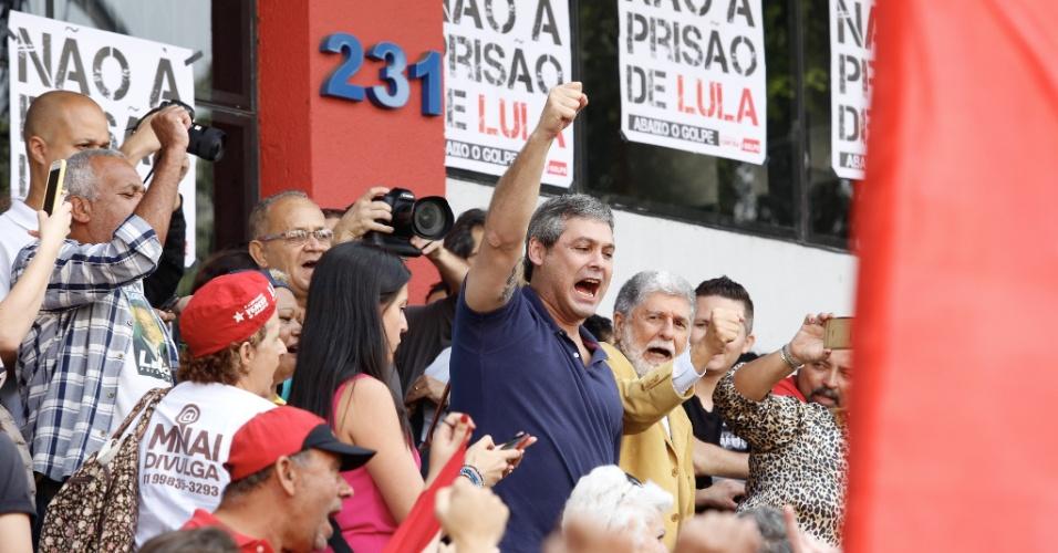 6.abr.2018 - O senador Lindberg Farias (PT-RJ) e o ex-ministro das Relações Exteriores Celso Amorim participam de manifestação em apoio a Lula na sede do Sindicato dos Metalúrgicos do ABC, em São Bernardo do Campo