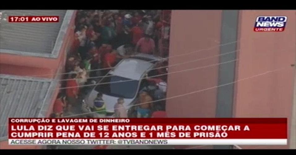 7.abr.2018 - Ex-presidente Luiz Inácio Lula da Silva (PT) entra em carro no Sindicato dos Metalúrgicos do ABC para se apresentar à Polícia Federal em Curitiba