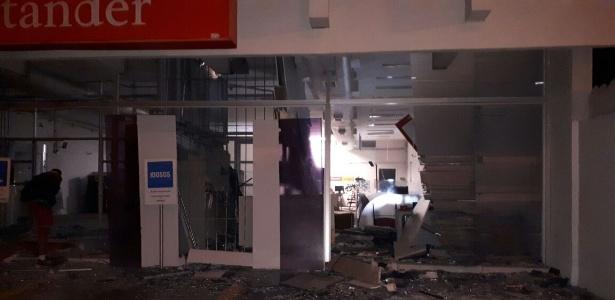 Quadrilhas explodem quatro agncias bancrias no interior de SP