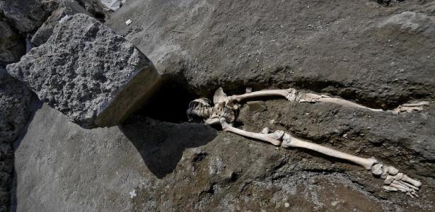 Força da rocha decapitou homem que provavelmente tentava escapar da erupção do Monte Vesúvio, em 79 d.C.