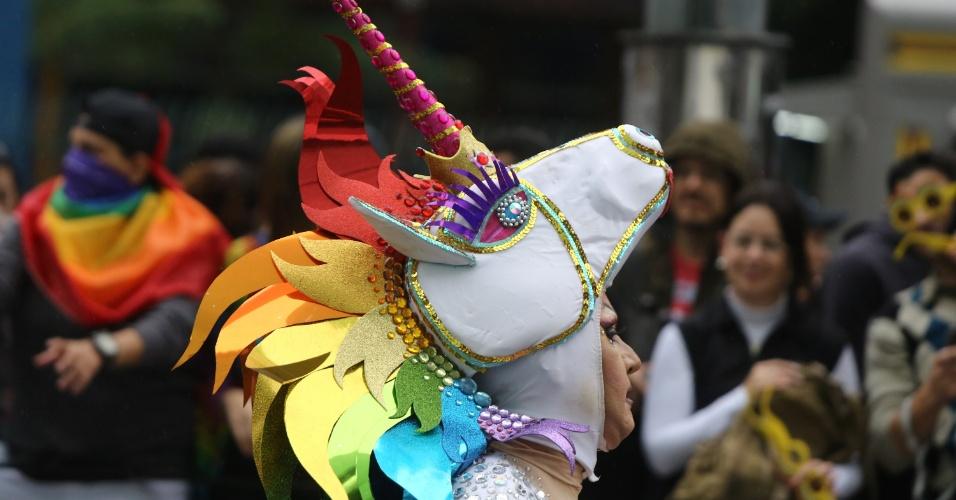 3.jun.2018 - Pessoa se veste de unicórnio com cores do arco-íris, símbolo de movimentos LGBT. A 22ª Parada do Orgulho LGBT acontece neste domingo (3) em São Paulo