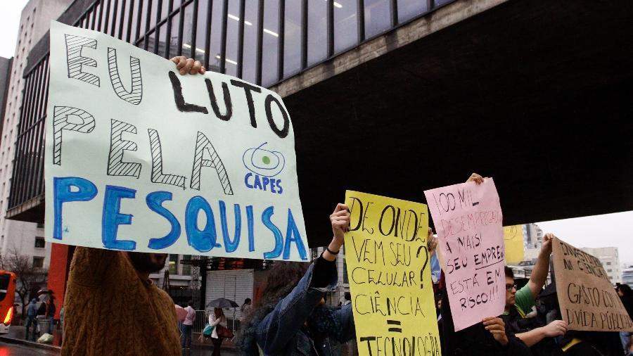 Manifestantes protestam contra corte de bolsas da Capes, em agosto - Fábio Vieira/Fotorua/Estadão Conteúdo