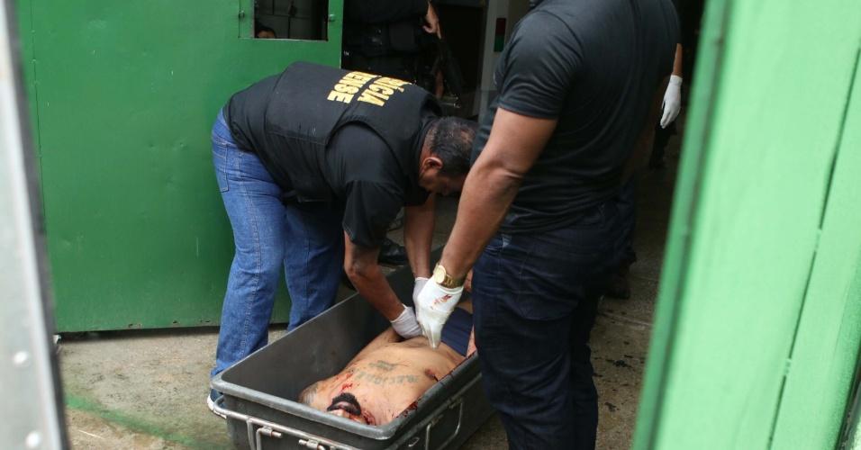03.set.2018 -- Peritos retiram corpo de preso assassinado na cadeia pública de Itapajé (CE), no dia 29 de janeiro de 2018