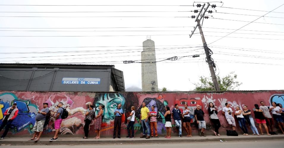 28.out.2018 - Brasileiros aguardam momento do voto no Rio de Janeiro