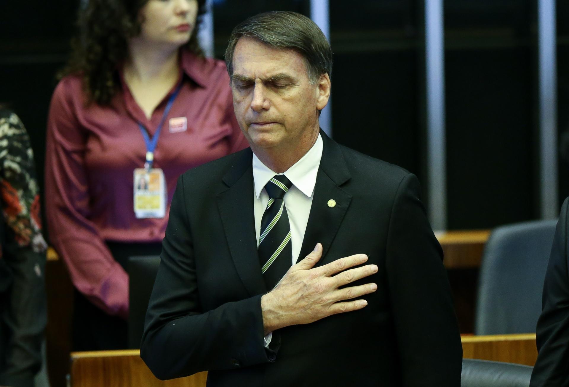 Resultado de imagem para Bolsonaro com a mão no peito