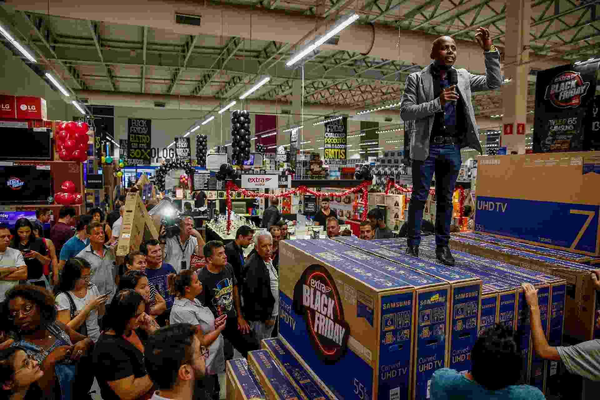 Consumidores aproveitam promoções da abertura da Black Friday no hipermercado Extra 24 horas, unidade da Ricardo Jafet, em São Paulo), na noite da quinta-feira (22) - Suamy Beydoun/Agif/Estadão Conteúdo