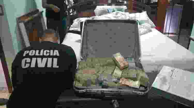 21.dez.2018 - Policiais apreendem mala com dinheiro em endereço relacionado a João de Deus - Divulgação/Polícia Civil de Goiás - Divulgação/Polícia Civil de Goiás