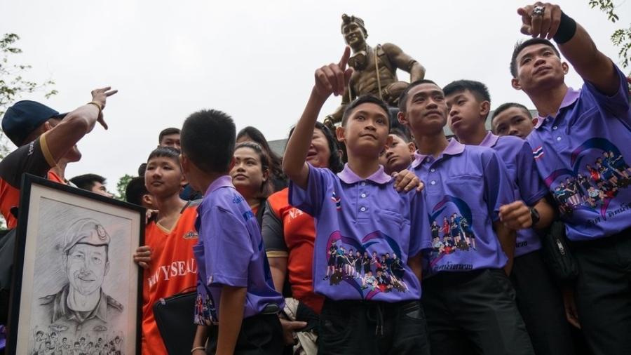 Meninos resgatados visitam memorial a mergulhador morto  - BBC
