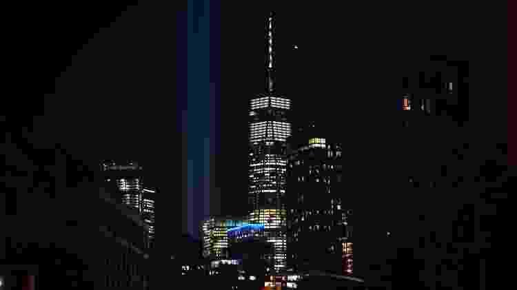 Tributo com feixes de luz projetados no céu em forma das Torres Gêmeas - Johannes Eisele/AFP