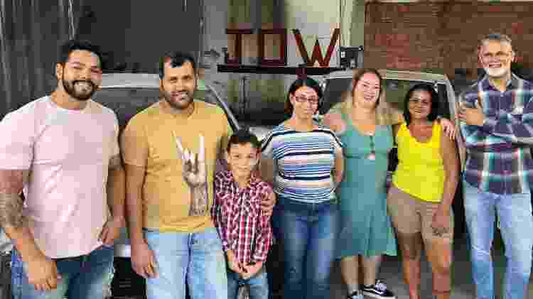 Wagner, Julio, Davi; Maria do Carmo e Karin (as duas primeiras clientes); Suely (mãe de Julio); Odair - Foto: Paulo Sampaio/UOL - Foto: Paulo Sampaio/UOL