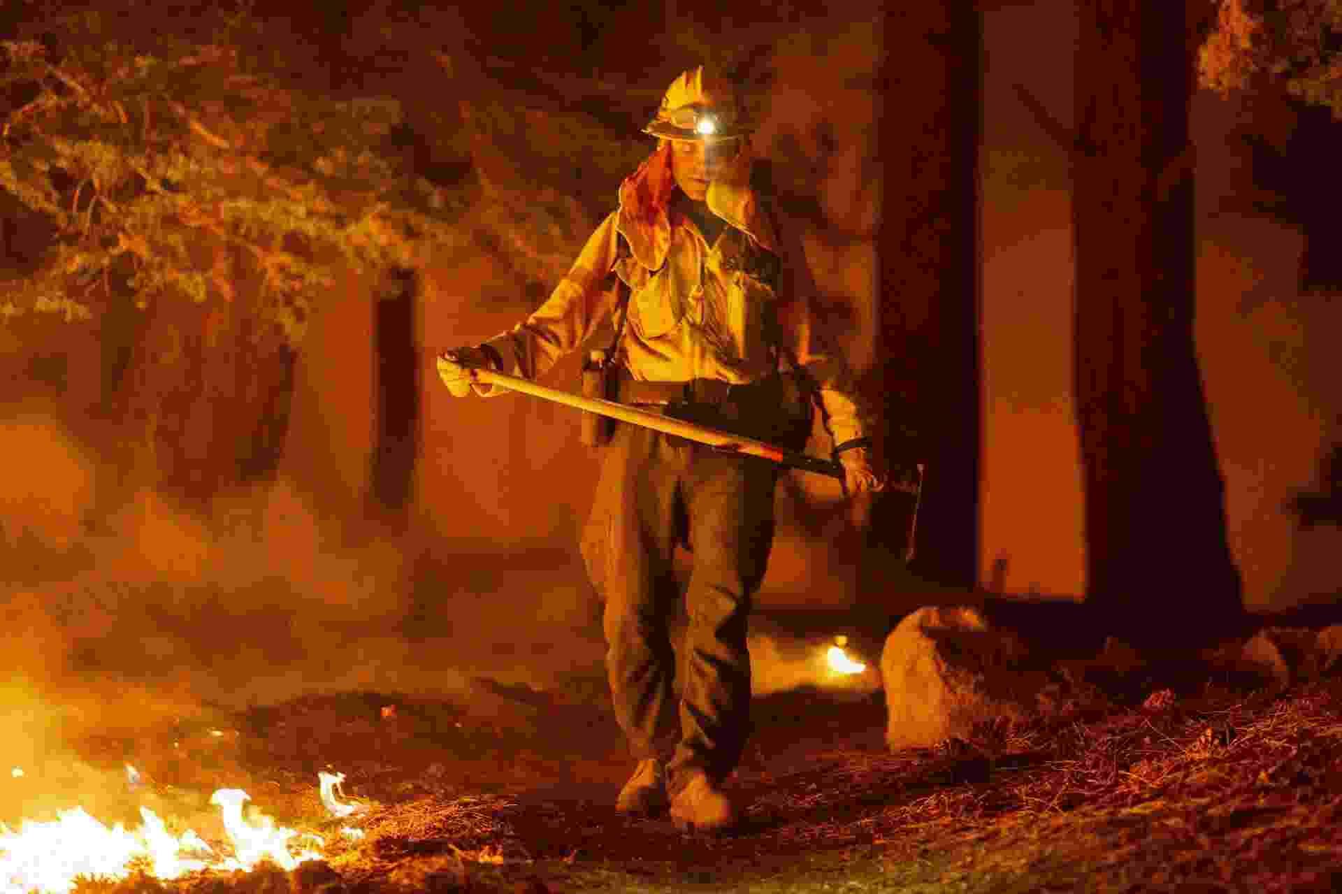 Bombeiro combate chamas na Floresta Nacional de Angeles, perto de Los Angeles, na Califórnia (EUA). Incêndios florestais bateram recorde este ano com 2,3 milhões de acres de terra incinerados - David McNew/Getty Images/AFP