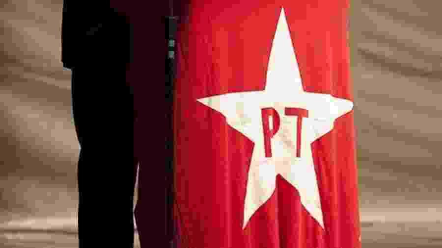 A velha bandeira do PT, que mudou a história política do país, pode virar só um retrato na parede  - Sergio Lima/Folhapress