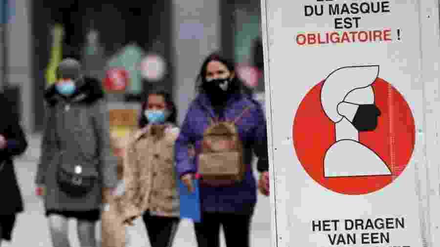 Pedestres usam máscara para conter o avanço do coronavírus em Bruxelas, capital da Bélgica - Dursun Aydemir/Anadolu Agency via Getty Images