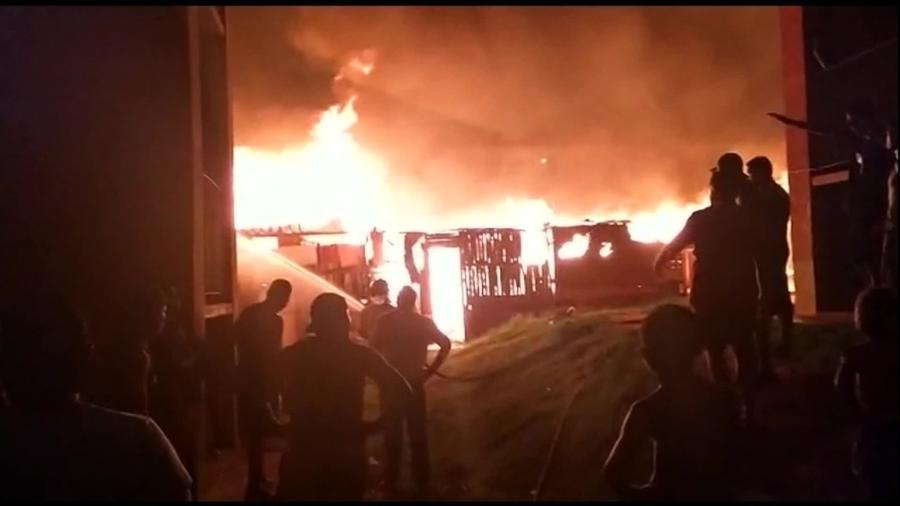 Ocupação pega fogo em Santa Cruz, na Zona Oeste do Rio de Janeiro  - Reprodução/TV Globo