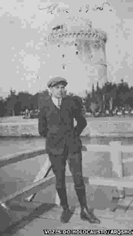 Isaac Menache, aos 18 anos, em frente à Tour Blanche, fortaleza no porto de Tessalônica, março de 1925 - Vozes do Holocausto/Arqshoah - Vozes do Holocausto/Arqshoah