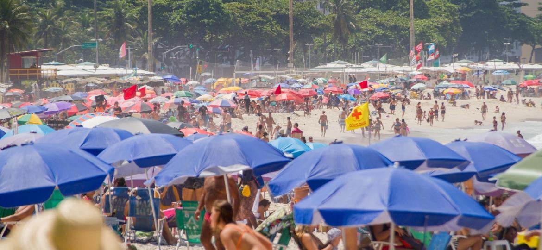 Movimentação na Praia de Copacabana, no Rio de Janeiro (RJ) - BRUNO MARTINS/FUTURA PRESS/ESTADÃO CONTEÚDO