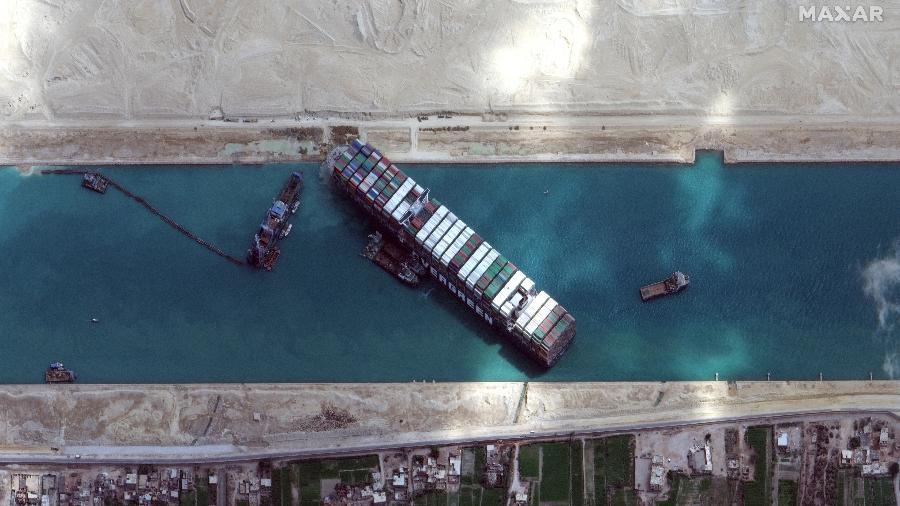 Imagem de satélite mostra navio Ever Given em meio a rebocadores e dragas enquanto segue encalhado no Canal de Suez - Satellite image ©2021 Maxar Technologies/AFP