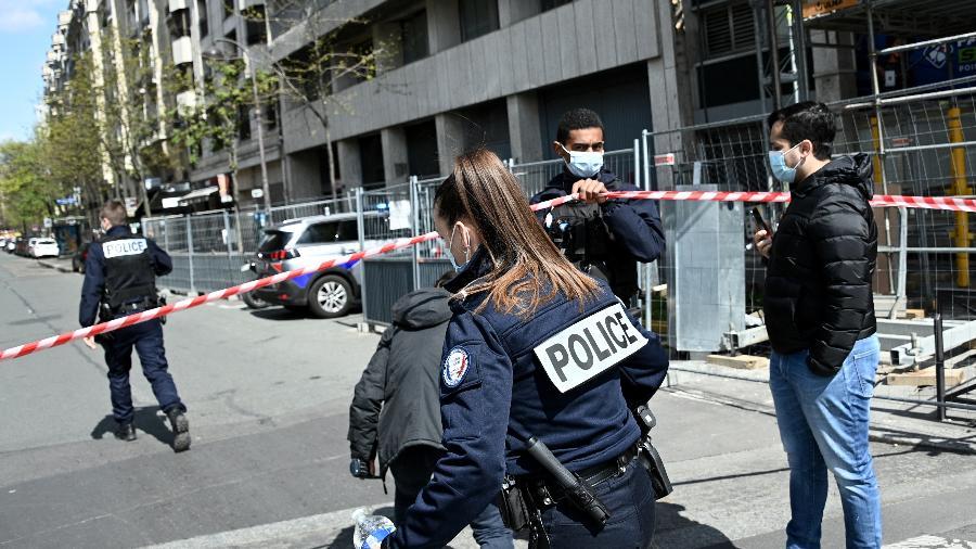 Atirador mata um homem e fere uma mulher diante de hospital de Paris - Anne-Christine/AFP