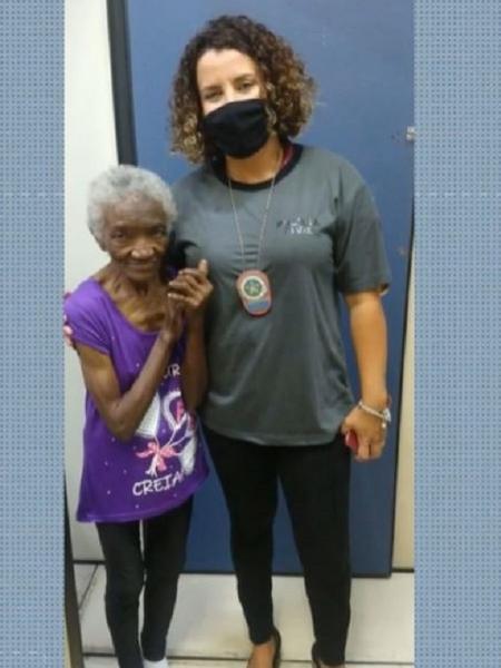 Dona Maria, de 79 anos, ao lado da agente da Polícia Civil que participou do resgate dela em Guaratiba (RJ) - Reprodução/TV Globo