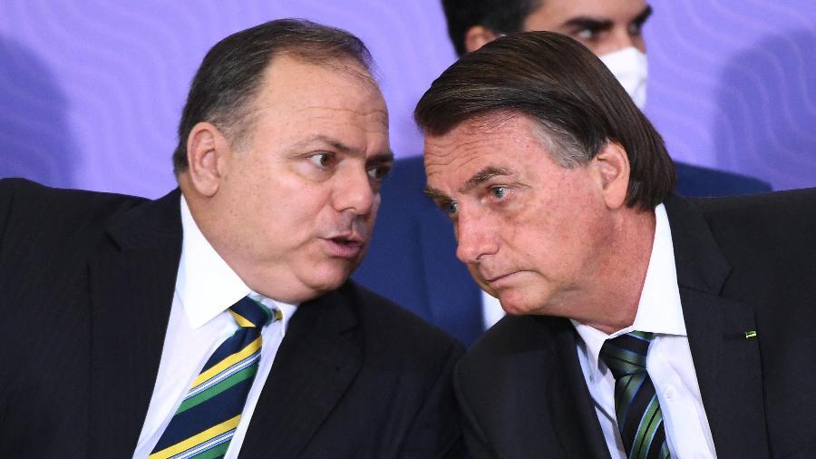 O ex-ministro da Saúde Eduardo Pazuello e ao lado do presidente Jair Bolsonaro - Evaristo Sá/AFP