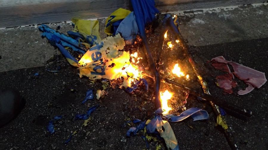 Bandeira do PSDB que teria sido queimada por integrantes do PCO, durante a manifestação de 3 de julho, contra o governo Bolsonaro, em São Paulo - Reprodução/Twitter